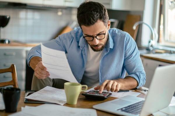 Клиент изучает бумаги дома